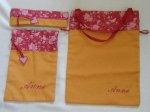 Lot de 2 sacs brodés + 1 trousse rose-orange